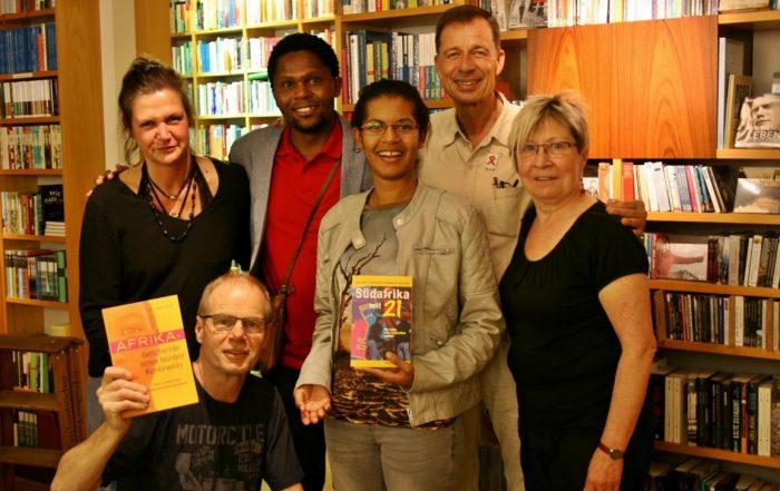 Sonwabiso Ngcowa (oben Mitte) und Lutz van Dijk (2.v.r.) zu Gast bei Proust